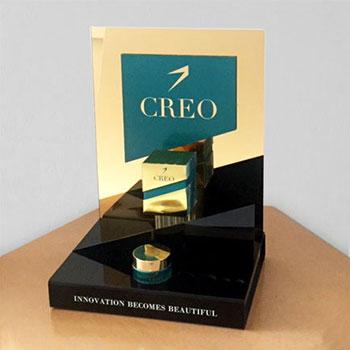 Espositore in plexiglass nero e oro a specchio da 3mm, stampa diretta con bianco, sagomatura per esposizione prodotti e scatole.