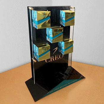 Espositore in plexiglass nero da 3mm, stampa diretta con bianco, sagomatura per esposizione prodotti e scatole.