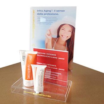 Espositore in plexiglass trasparente da 3mm, stampa diretta con bianco, sagomatura per inserto prodotti e portadepliant.
