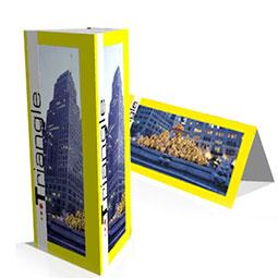 Cartello triangolare da banco, utilizzabile in verticale ed orizzontale. Adatto ad un menù da tavolo, un listino da banco o dove è necessaria una visibilità a 360 gradi.