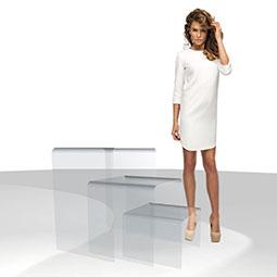 Elegante tavolino in plexiglass, realizzato in unico pezzo.  Disponivile in tre differenti misure.