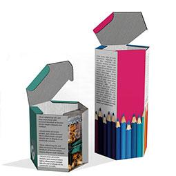 Scatole ed astucci esagonali, realizzati in cartoncino teso o ondulato Ultra Light. Dimensioni personalizzate e stampa a colori. Particolarmente indicate come scatole per bottiglie o flaconi.