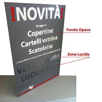 Cartello in cartone Teso con piedino. Abbinabili tasche stampate in cartoncino in 4 misure o tasche trasparenti in 3 misure.