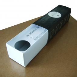 Cofanetto in cartone teso, stampa a colori, plastificazione opaca.  Scomparti interni per contenere prodotti di varie dimensioni.