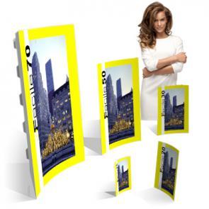 Cartello da banco economico Cartello da banco di particolare forma concava, realizzato in unico pezzo stampato su cartoncino, offre una particolare avvolgenza al vostro messaggio pubblicitario.