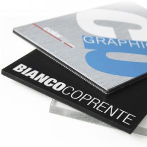 Stampa diretta UV in alta qualità con possibilità di stampa del bianco. Pannelli colorati o metallici in x-Bond, Metacrilato, PVC tipo forex Nero.